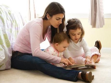 niñera con dos niñas